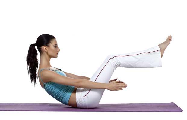 Γυναίκα κάνει yoga