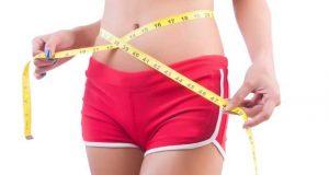 Γυναίκα με μπικίνι κάνει δίαιτα