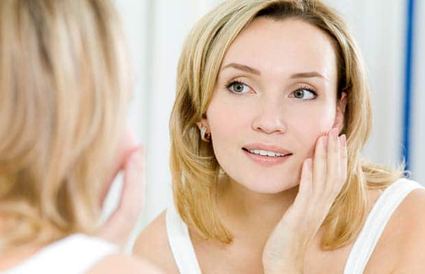 Γυναίκα με καθαρό νεανικό πρόσωπο