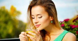 Γυναίκα πίνει πράσινο τσάι