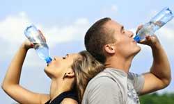 Ζευγάρι πίνει νερό