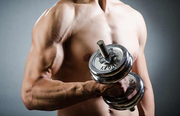 Bodybuilder κάνει βάρη