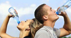 Ζευγάρι πίνει νερό από μπουκάλι