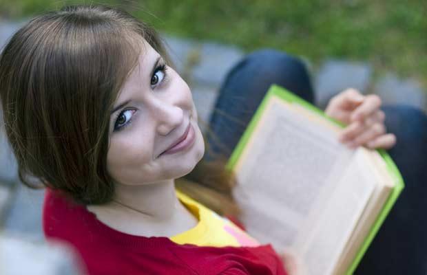 Φοιτήτρια διαβάσει με την βοήθεια τον νοοτροπ