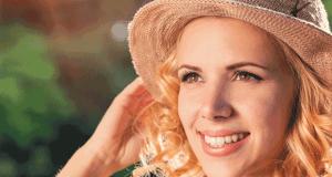 Γυναίκα με καπέλο