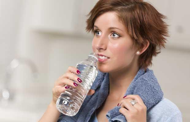 Γυναίκα με μπουκάλι νερό στο χέρι