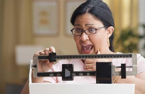 Γυναίκα με πολλά κιλά στην ζυγαριά