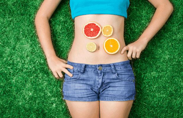 Κορίτσι με φρούτα στην κοιλιά