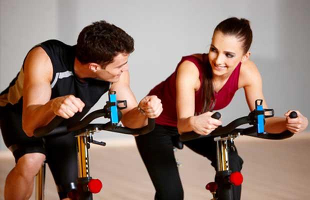 Νεαρό ζευγάρι κάνει ποδήλατο