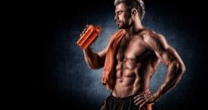 Άντρας με ρόφημα πρωτεΐνης στο χέρι