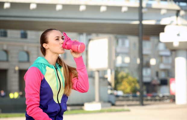 Κορίτσι πίνει ρόφημα με πρωτεΐνης