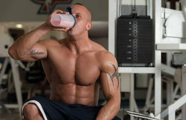 Αθλητής που παίρνει ρόφημα πρωτεΐνης
