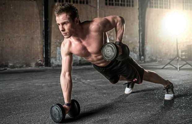 Νεαρός άντρας κάνει push-ups