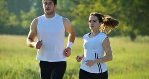 Ζευγάρι κάνει πρωινό τρέξιμο